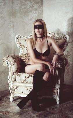 маска кружево чулки каблуки кресло